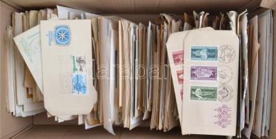 Kb 1.000 db futott levél 1930-tól, benne sorokkal, blokkokkal bérmentesített küldemények, alkalmi bélyegzések, díjjegyes, képeslapok, barna karton dobozban
