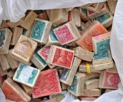 150 db régi kötegelésű bündli az 1920-as, 1930-as évekből, benne Arcképek, Pengő-fillér, Szent István, portó, dobozban