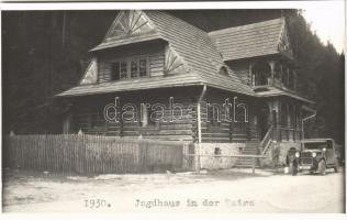 Tátra, Magas-Tátra, Vysoké Tatry; Jagdhaus / vadászkastély, automobil / hunting lodge, castle, automobile. photo (non PC) (vágott / cut)