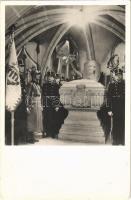 1938 Kassa, Kosice; Rákóczi fejedelem sírja katonai díszőrséggel. Foto Ginzery S. 11. / tomb of Francis II Rákóczi with military guard of honor