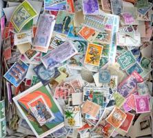 Több ezer vegyes külföldi áztatott bélyeg a világ minden tájáról, cipős dobozban