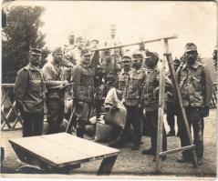 Első világháborús osztrák-magyar katonák felfüggesztett egykaros mérlegen mérik az elemózsiához a terményt / WWI K.u.k. military, soldiers weighing the crops for food. photo (EK) (10,7 x 9 cm)