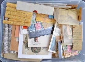 IKEA átlátszó műanyag tároló doboz hagyatékból, benne mindenféle rendezetlen bélyegek borítékokban, berakólapokon, tasakokban, vagy ömlesztve. Érdemes megnézni, izgalmas anyagnak látszik!!