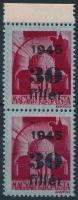 1945 Kisegítő 30f/30f függőleges ívszéli pár részleges kettős felülnyomattal + csak az egyik bélyegen csak az évszám gépszínátnyomatával. Nagyon érdekes darab!