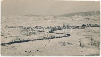 1918 Asiago, völgyben fekvő rommá lőtt város, az oda vezető S alakú út szélén zöld gallyak vannak állítva leplezésül / WWI K.u.k. military winter, destroyed town, camouflage road. photo (13 x 7,3 cm) (EK)