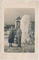 1924 Újtátrafüred, Neu-Schmecks, Novy Smokovec (Magas Tátra, Vysoké Tatry); szálló, hölgyek a befagyott szökőkút előtt, tél / hotel, ladies in front of the frozen fountain in winter. Wilh. Bárdos photo (EK)