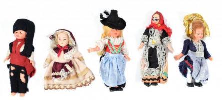 Régi népviseletes babák, 5 db, közte egy porcelán fejű babával is, változó állapotban, az egyik ruhája viseltes, m: 13 cm és 9,5 cm