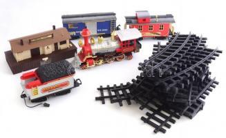 Műanyag játékvasút készlet sínek, mozdonyok, stb. A kémény füstölhet, ház alján az elemtartó oxidált, egyébként jó állapotban