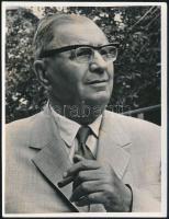 1969 Münnich Ferenc (1886-1967) politikus, miniszterelnök portréja, vintage fotó; hátoldalán felesége feljegyzése és aláírása, 11,3x8,6 cm
