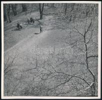 cca 1931 Kinszki Imre (1901-1945) budapesti fotóművész hagyatékából jelzés nélküli vintage fotó (kirándulók), 17,5x18 cm