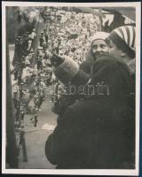 cca 1930 Kinszki Imre (1901-1945) budapesti fotóművész hagyatékából pecséttel jelzett vintage fotó (Vásárban), 14x11,3 cm