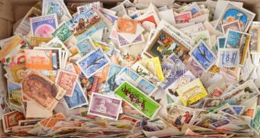 Kb 6.000 db magyar bélyeg ömlesztve cipős dobozban, közte szép motívum értékek is