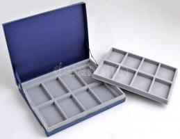 Kék emlékérem tartó kazetta kivehető tálcával, 16db 7,5x5cm-es férőhellyel (alkalmas a Szózat emlékérmeken sorozat darabjainak tárolására), használt állapotban