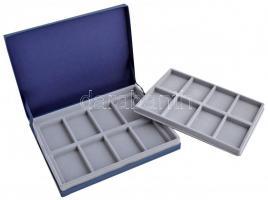Kék emlékérem tartó kazetta kivehető tálcával, 16db 7,5x5cm-es férőhellyel, használt állapotban