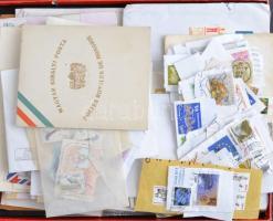 Főleg külföldi levelek, bélyegek, kivágások nagy fotópapíros dobozban