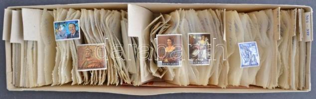 San Marino postatiszta !!! tasakos rendező régen működött bélyegkereskedő közel 50 éve elfekvő hagyatékából, sok - esetenként nagyon sok példányos tétel a 20-as évektől a 70-es évekig kiadásonként külön gyűjtve, hosszú karton dobozban. Magas darabszám, magas katalógus érték!!! / San Marino mint never hinged dealers multiple stock in glassine bags, in a long box. Large quantity, very high catalog value!!