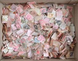 Sok - sok ezer db átnézetlen és rendezetlen Krajcáros bélyeg hullámkarton dobozban, ömlesztve