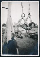 cca 1929 Kinszki Imre (1901-1945) budapesti fotóművész hagyatékából, jelzés nélküli vintage fotóművészeti alkotás (tornász lány), a kép két sarka kissé hiányos, 8,2x5,8 cm