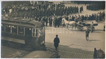 1932 Kinszki Imre (1901-1945) budapesti fotóművész hagyatékából, pecséttel jelzett vintage fotóművészeti alkotás (8-as villamos), 13,2x24 cm