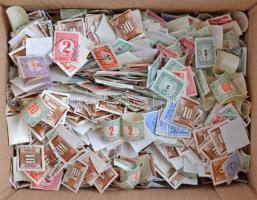 Több száz magyar portó bélyeg az 1915-1958 közötti időszakból, dobozban ömlesztve