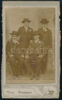 cca 1900 Vásári gyorsfénykép egy alkalmi műteremből, hátoldalán szép grafika fényképező angyalokról, a karton két hosszabbik oldala vágva, 10,8x6,3 cm