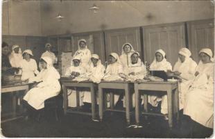 1915 Budapesti hadikórház ápolónővérei ruhák javítása közben / WWI Austro-Hungarian K.u.K. military hospital, nurses. photo (EB)