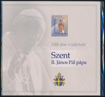 2020 100 éve született Szent II. János Pál pápa bélyegszet benne 4 különféle kivitelű blokk, vágott és feketenyomat is / Pope John Paul II. was born 100 years ago, presentations pack with normal block, perforation variety, imperforate and blackprint, with same number.