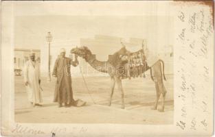 1903 Helwan, egyiptomiak tevével / Egyptians with camel. photo (EK)