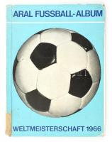 Fussball-Weltmeisterschaft 1966. Aral-Bilderalbum Nr.1. Herausgegeben von der Aral Aktiengesellschaft. Kiadói kartonált kötés, sérült gerinccel, viseltes állapotban.