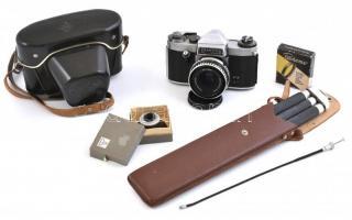 Praktica Nova IB fénykézgép tokjában, Carl Zeiss Tessar 50mm f2.8 m42-es objektívvel, sárga szűrővel, szemkagylóval, kioldó kábellel, állvánnyal tokjában