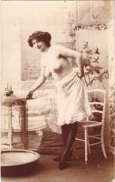Erotikus hölgy fedetlen keblekkel reggeli tisztálkodás előtt / Erotic nude lady before morning toiletries. photo (non PC)