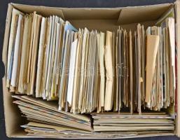 Közel 1.000 db díjjegyes az egész világból sok régivel, sok modern alkalmi díjjegyessel, közte néhány magyar. Tartalmas nagy anyag dobozban.