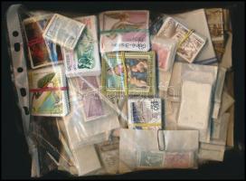 Sok ezer főleg külföldi bélyeg bündli kezdeményekben, közte sok képes és tengerentúli
