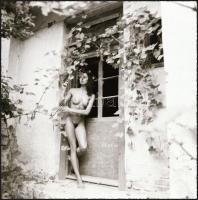 cca 1986 Öreg házban fiatal menyecske, Menesdorfer Lajos (1941-2005) budapesti fotóművész hagyatékából vintage NEGATÍV, 6x6 cm