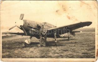 Második világháborús osztrák-magyar katonai repülőgép katonával / WWII Hungarian T-W military aircraft with soldier. photo (gyűrődések / creases)
