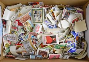 Kb. 7.500 db vegyes külföldi áztatott bélyeg, cipős dobozban