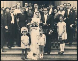 cca 1928 Miskolc, Frisch Oszkár fényképész és fotóriporter pecsétjével jelzett esküvői csoportkép, a kép főszereplője az első sorban álló kisfiú, aki vigyázban állva piszkálja az orrát, 16,7x21,5 cm