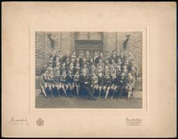 1932 Budapest, Brunhuber udvari és kamarai fényképész felvétele egy fiúiskola osztályáról, 12x16,8 cm, karton 21,3x27,5 cm
