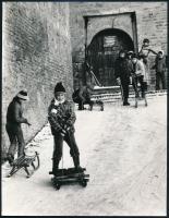 cca 1973 Vincze János (1922-1999) kecskeméti fotóművész hagyatékából feliratozott vintage fotó (A tél örömei), 23,5x18,2 cm