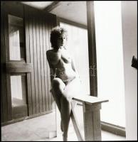 cca 1983 Kispadra ültetett cserejátékos, Menesdorfer Lajos (1941-2005) budapesti fotóművész hagyatékából, 1 db vintage NEGATÍV, 6x6 cm