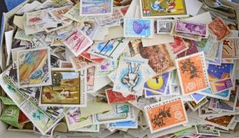 Pár ezer db magyar áztatott bélyeg dobozban ömlesztve