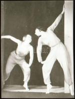 cca 1935 Szentpál Olga (1895-1968) mozgásművészeti csoportjáról készült NEGATÍV, 4,7x3,5 cm