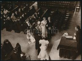 cca 1940 Esküvő a templomban, vintage fotó jelzés nélkül, 17x23 cm