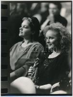 cca 1987 Kubik Anna színművésznő az Erzsébet-díj átvételén, 2 db vintage fotó, az egyiken Horváth Péter pecsétje, 18x24 cm