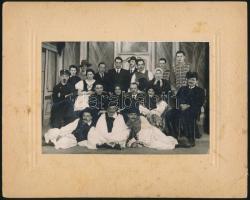 1940 Budapest, a Kelenföldi Keresztyén Ifjúsági Egyesület csoportképe, a Ludas Matyi előadása után, feliratozott vintage fotó, 11,4x17 cm, karton (sarkán törés) 19,8x24,8 cm