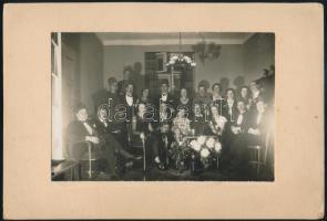1930 Házi farsangi bál, a hátoldalon felsorolva a csoportképen szereplők neve, vintage fotó, 11,5x17 cm, karton 16,8x24,8 cm
