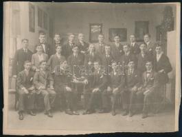 Fotó; csoportképe, a kép hátoldalán mindenki nevesítve, a sorokban elfoglalt helyük szerint, 20x27 cm