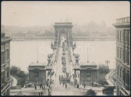 cca 1910-1920 Budapest, 3. sz. Regnum Marianum cserkészcsapat felvonulása a Lánchídon keresztül, fotó, hátoldalon pecséttel, 13×17,5 cm