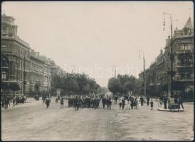 cca 1910-1920 Budapest, 3. sz. Regnum Marianum cserkészcsapat felvonulása az Andrássy úton, fotó, hátoldalon pecséttel, 13×17,5 cm