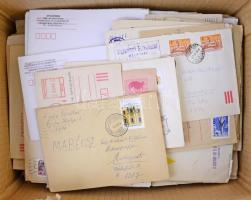 Kb 900 db magyar levél dobozban, benne sok használatlan díjjegyes, ajánlott küldemények, képes bérmentesítések stb.